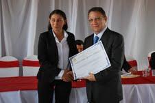 Cleones Cunha recebendo o título da vereadora vEva