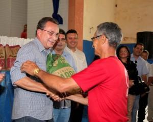 Luiz Fernando entregando sementes