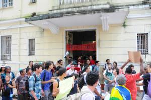 amsnifestantes deixando o prédio da Câmara