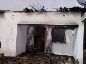 casa_incendiada_em_rosario_2