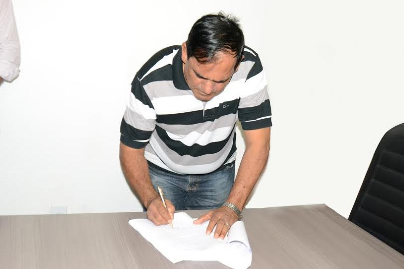 Prefeito Josemar assina edital do concurso