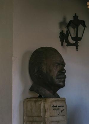 Busto de José Sarney é exibido na entrada de uma mostra --financiada pelo governo do Maranhão-- sobre a vida do ex-presidente