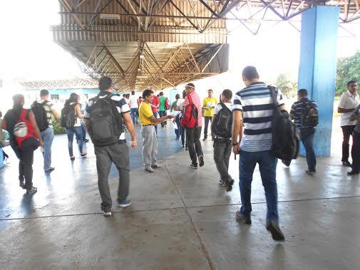 Trabalhadores chegando nas dependências da empresa Alumar