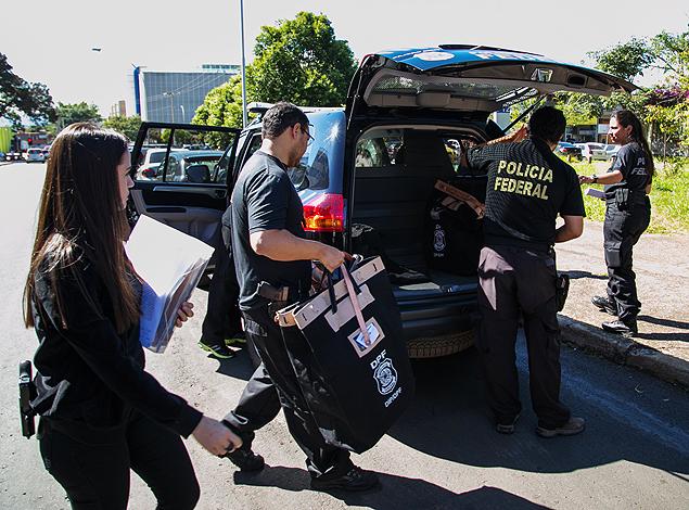 Policiais durante a busca