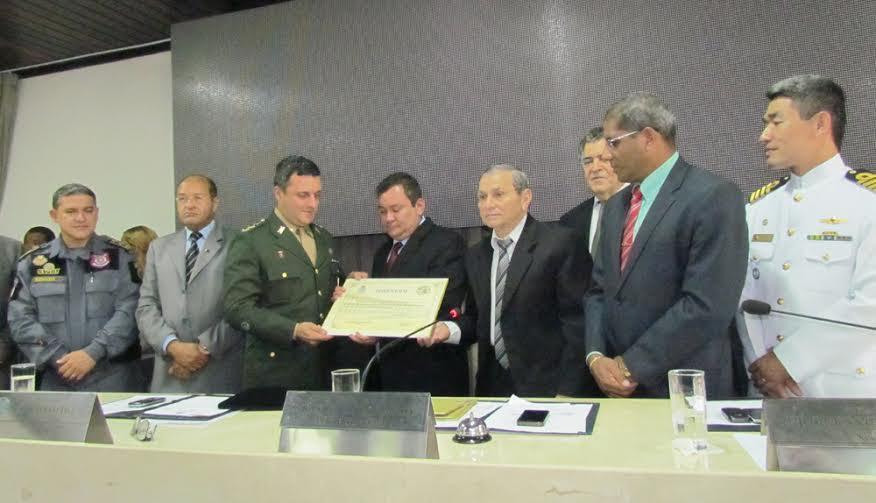 Coronel Azevedo, comandante do 24º BIL recebendo a homenagem